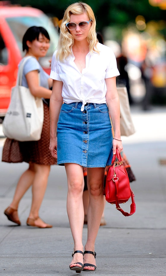 kirsten dunst wearing denim skirt, topshop, blogsdemoda, bloggerdemoda, fashion, fashionlife, fashionblogs, itgirl, lifestyle, moda, style, streetstyle, spanishblog, tendencias, trends, fashionblog, fashion, katie holmes, taylor swift, anne hathaway, kirsten dunst, celebs wearing skirt, denim skirt, falda vaquera, falda trapecio, los must del verano, top 5 verano, whimed trends, dónde comprar falda con botones, falda con botones, rebajas, rebajas españa, rebajas inditex