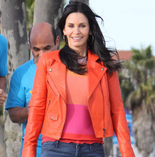 courteney cox, leather jacket, chaqueta de piel, cardigan