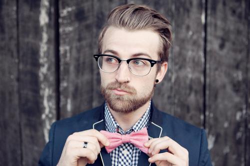 chico-look-hipster-bien-vestido-con-pajarita