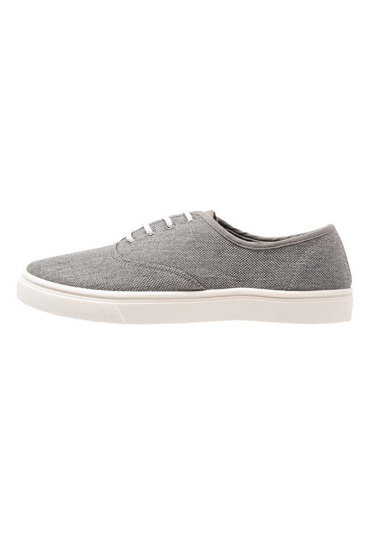 6b6f24bc, zapatillas grises, zapatos lona, vans, converse, victoria, Nick Jonas